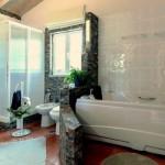 03b CANTO DO SOL - Spacious bathroom with hydro-massage bathtub