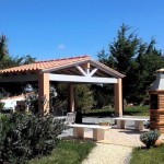 16 SÍTIO DAS ROLAS - BBQ area surrounded by lawn, opposite the swimming pool