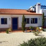 18 CASA ALECRIM - Front side (2 bathroom and kitchen windows, entrance, Quarter 2)