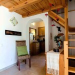 2.09 CASA PAVÃO - Entrance hall with access to sleeping loft, kitchen and living room (2)