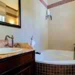 2.15 CASA PAVÃO - Bathroom with corner bathtub