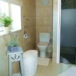 3.05 CASA PEIXE - Bathroom with wheelchair-accessible shower (1)