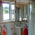 34a CASA ALECRIM - Split bathroom (one part with shower and toilet, other with bathtub)