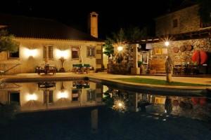 piscina noite a)