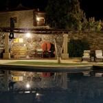 piscina noite b)